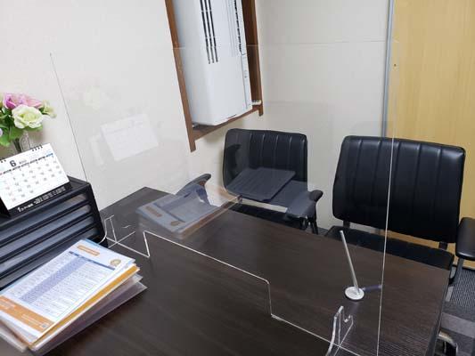 面談室は飛沫防止アクリル板